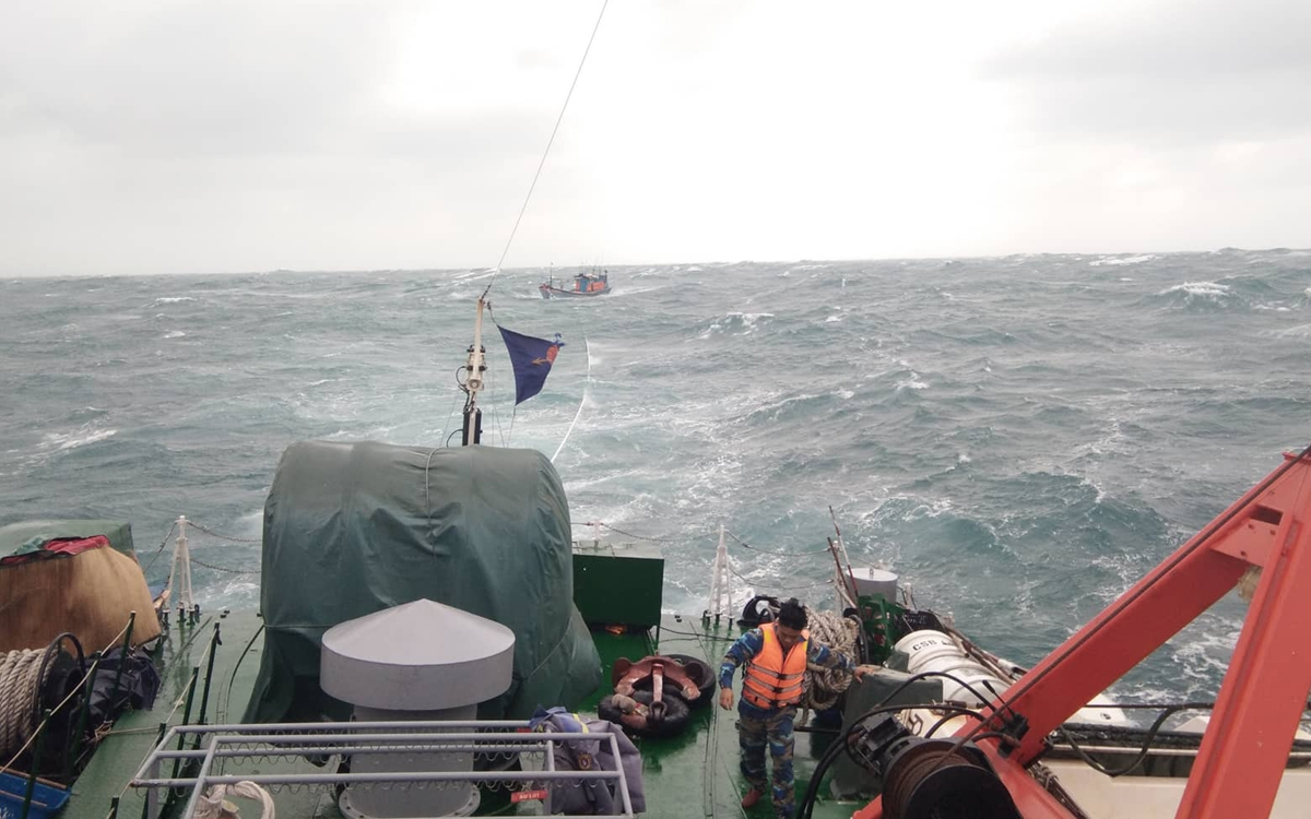 Tàu CSB 4039 lai dắt tàu cá QNg-98358 TS về đảo Phú Quý, ngày 7/12/2019. Ảnh: Vùng Cảnh sát biển 4 cung cấp