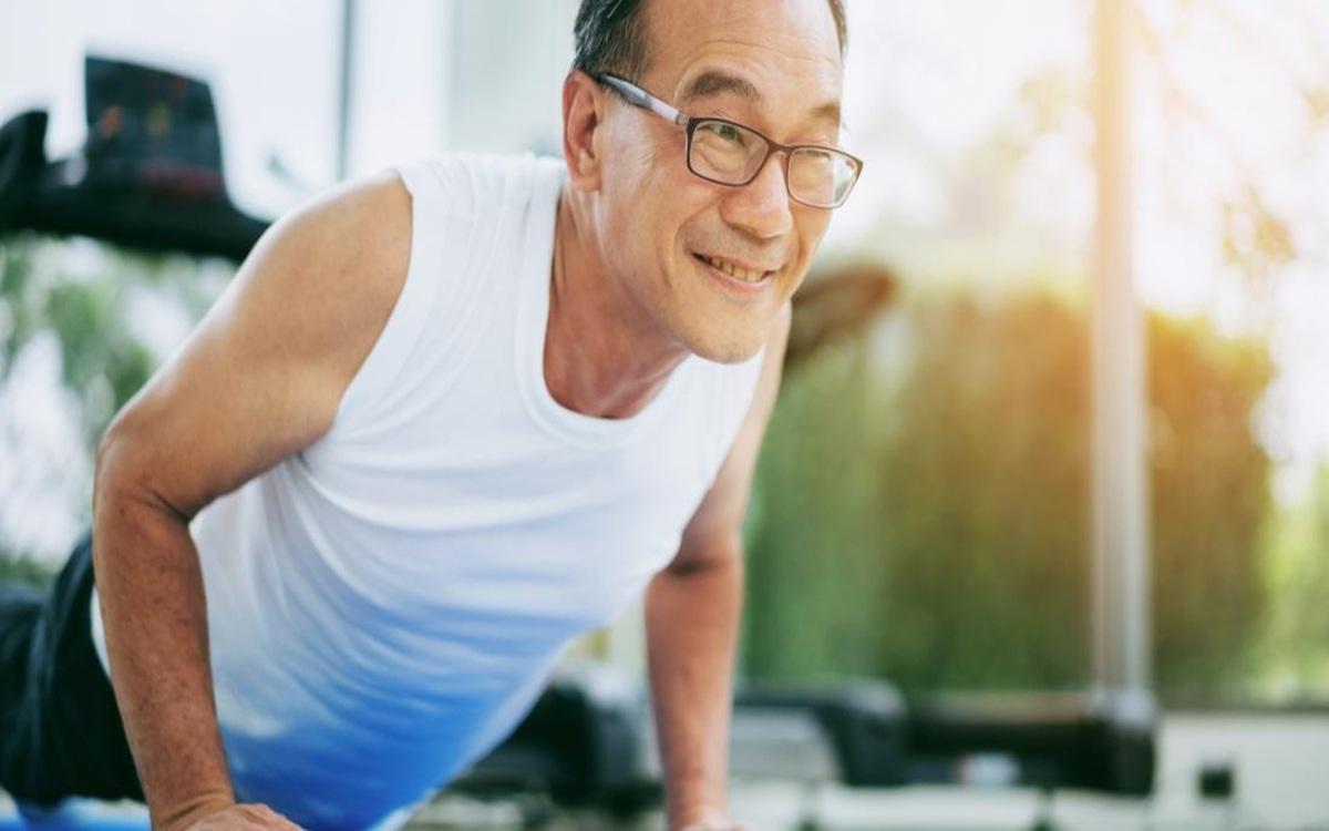 Căng cơ ngực là một trong những bài tập rất tốt khi thường xuyên ngồi cong lưng về phía trước giúp kéo giãn sâu các cơ ngực hiệu quả.