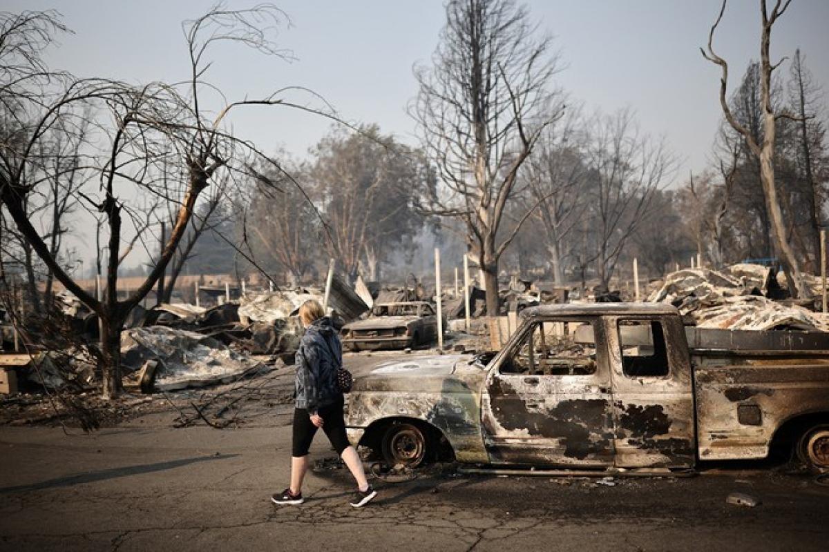Người dân tại một khu phố bị đám cháy rừng tàn phá ở thành phố Phoenix, bang Oregon ngày 10/9. (Ảnh: Reuters)