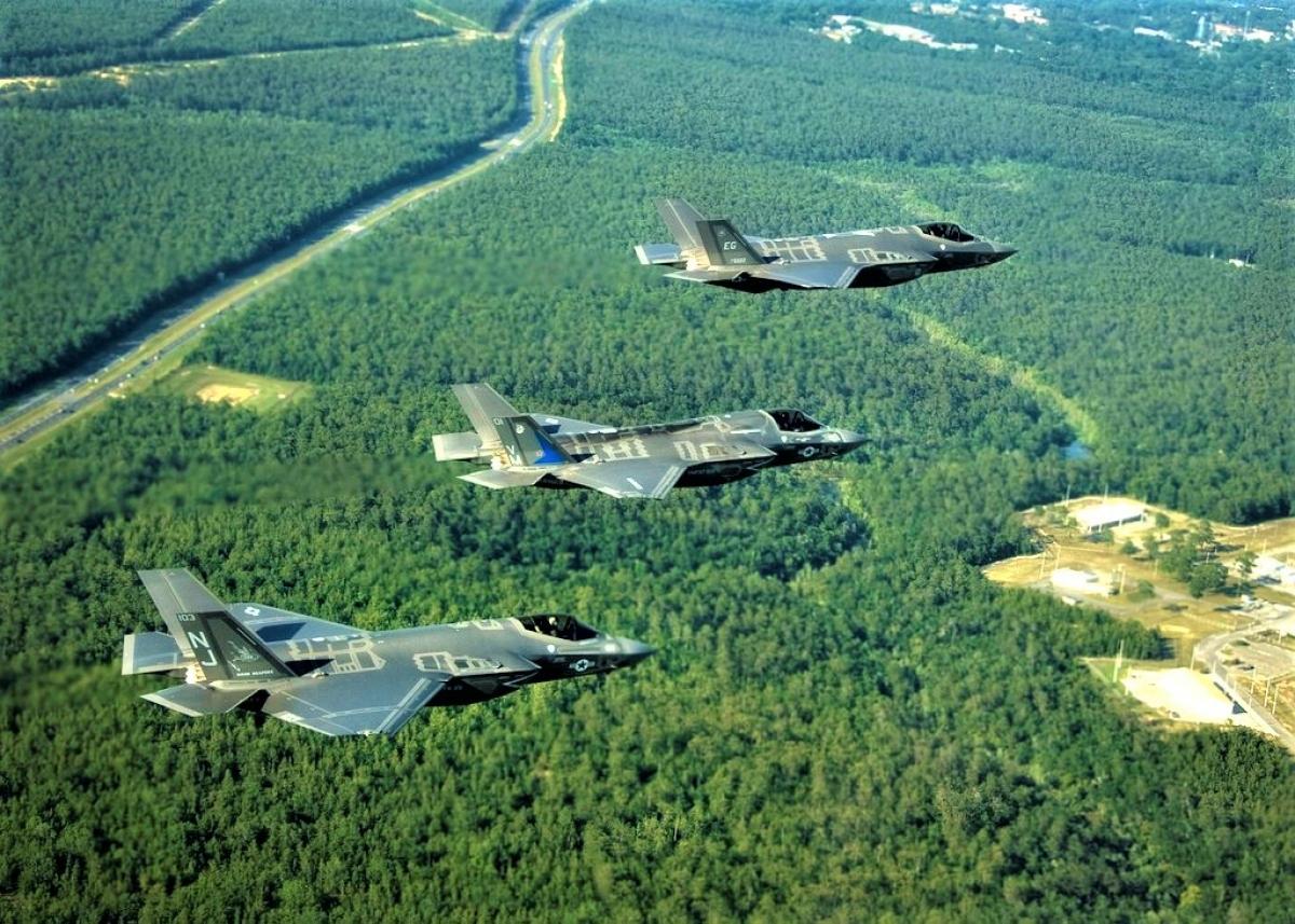 Tiêm kích thế hệ năm F-35A (xa nhất), F-35B (giữa) và F-35C của Mỹ; Nguồn: wikipedia.org