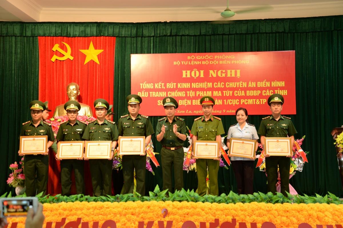 Tặng Bằng khen, Giấy khen cho các tập thể, cá nhân anh dũng, trực tiếp tham gia đấu tranh các chuyên án ma túy lớn tại Sơn La, Điện Biên.