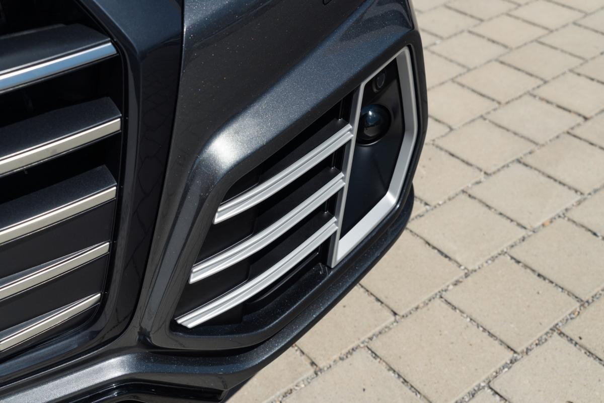 """Chiếc Q5 plug-in hybrid tiếp tục được trang bị nâng cấp hiệu suất """"ABT Power"""", giúp nâng công suất kết hợp của động cơ tăng áp 4 xi lanh 2.0 L và mô tơ điện lên 419 mã lực và mô men xoắn 550 Nm."""