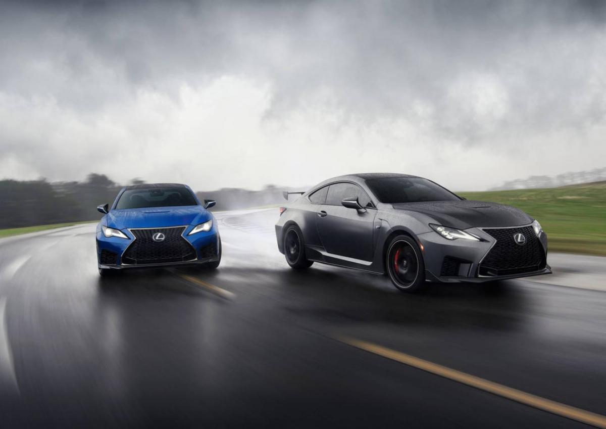 Ở ngoại thất, dường như không có sự thay đổi được Lexus thực hiện lên RC F ở đời xe này. Đầu xe vẫn sở hữu các chi tiết khí động học tăng cường cũng như bộ đèn pha Premium Triple-Beam LED đẹp mắt.