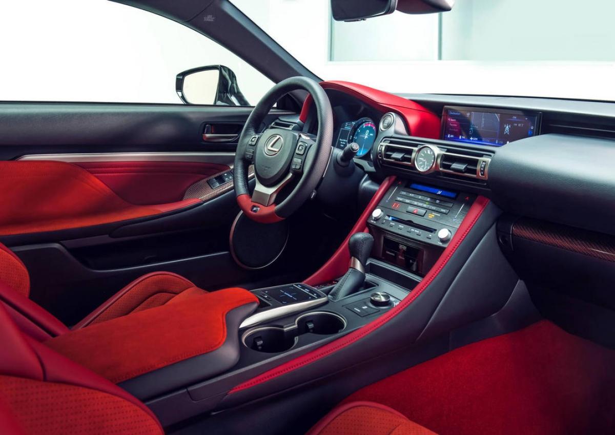 Bên trong, khoang lái của phiên bản đặc biệt này sở hữu da bọc màu đỏ làm chủ đạo với các chi tiết điểm nhất được làm bằng vật liệu Alcantara. Một số các chi tiết sẽ được ốp sợi carbon nhuộm đỏ.