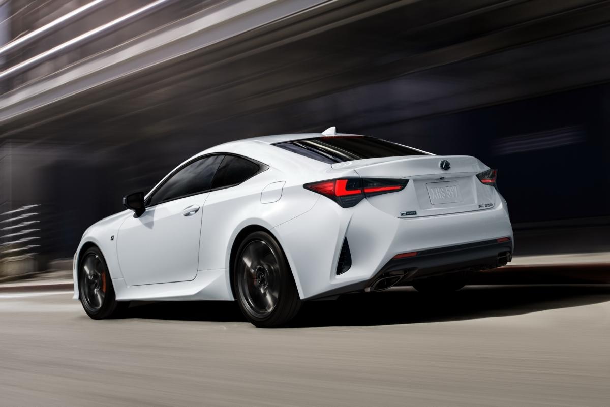Giống với đời xe trước, Lexus vẫn sẽ cung cấp cho RC Coupe ba tùy chọn động cơ. Phiên bản tiêu chuẩn RC 300 sẽ được trang bị động cơ bốn xy-lanh, dung tích 2.0 lít tăng áp, sản sinh công suất tối đa 241 mã lực và mô-men xoắn tối đa 350 Nm. Sức mạnh được truyền đến bánh sau thông qua hộp số tự động 8 cấp.