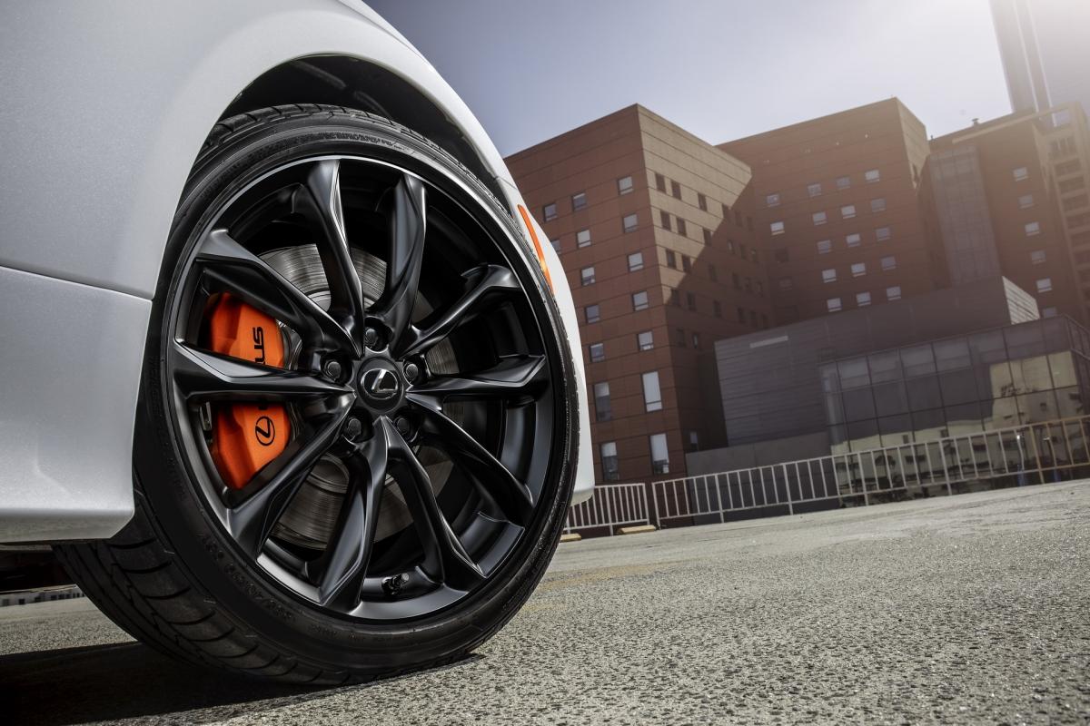 Cao cấp hơn, bản RC 300 AWD sẽ được trang bị động cơ V6 3.5 lít với công suất cực đại 260 mã lực và 320 Nm mô-men xoắn. Sức mạnh được truyền đến cả bốn bánh xe thông qua hộp số tự động 6 cấp. RC 350 và RC 350 AWD vẫn sử dụng động cơ này nhưng được tinh chỉnh để có thể tạo ra 311 mã lực và mô-men xoắn 380 Nm, bản sử dụng hệ dẫn động cầu sau sử dụng hộp số 8 cấp và bản hai cầu sử dụng hộp số 6 cấp.