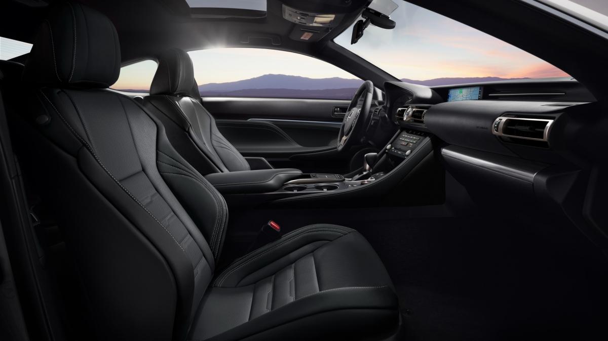Lexus RC 350 sẽ có thêm phiên bản F Sport hiệu năng cao với bộ vi-sai chống trượt được trang bị tiêu chuẩn. Thời gian tăng tốc lên 100 km/h của mẫu xe này được cải thiện 0,2 giây, đạt 5,8 giây thay vì 6 giây như RC 350 AWD.