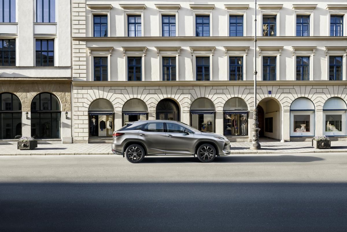 Hệ thống an toàn Lexus + trang bị cho xe hệ thống an toàn hỗ trợ người lái, bao gồm: Hệ thống cảnh báo tiền va chạm có thể phát hiện người đi bộ vào ban đêm và người đi xe đạp vào ban ngày.