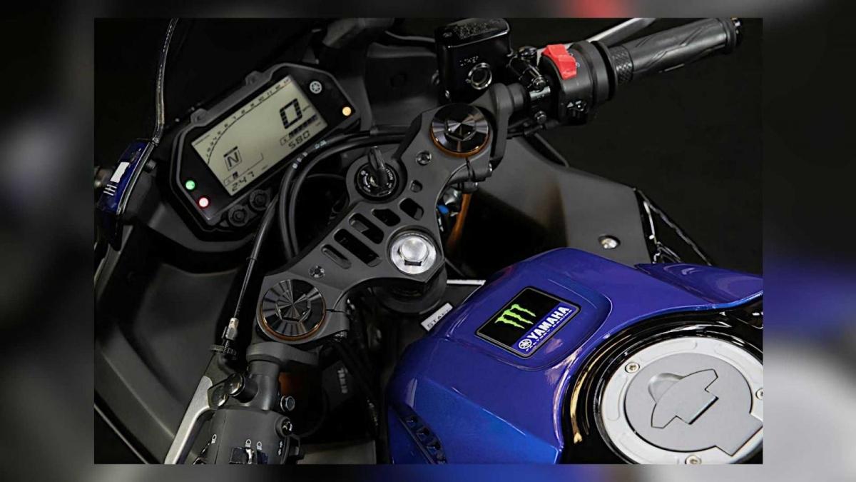 Những bộ phận như đèn pha đôi, bình nhiên liệu và cụm đồng hồ full kỹ thuật số vẫn được duy trì như trước đó.