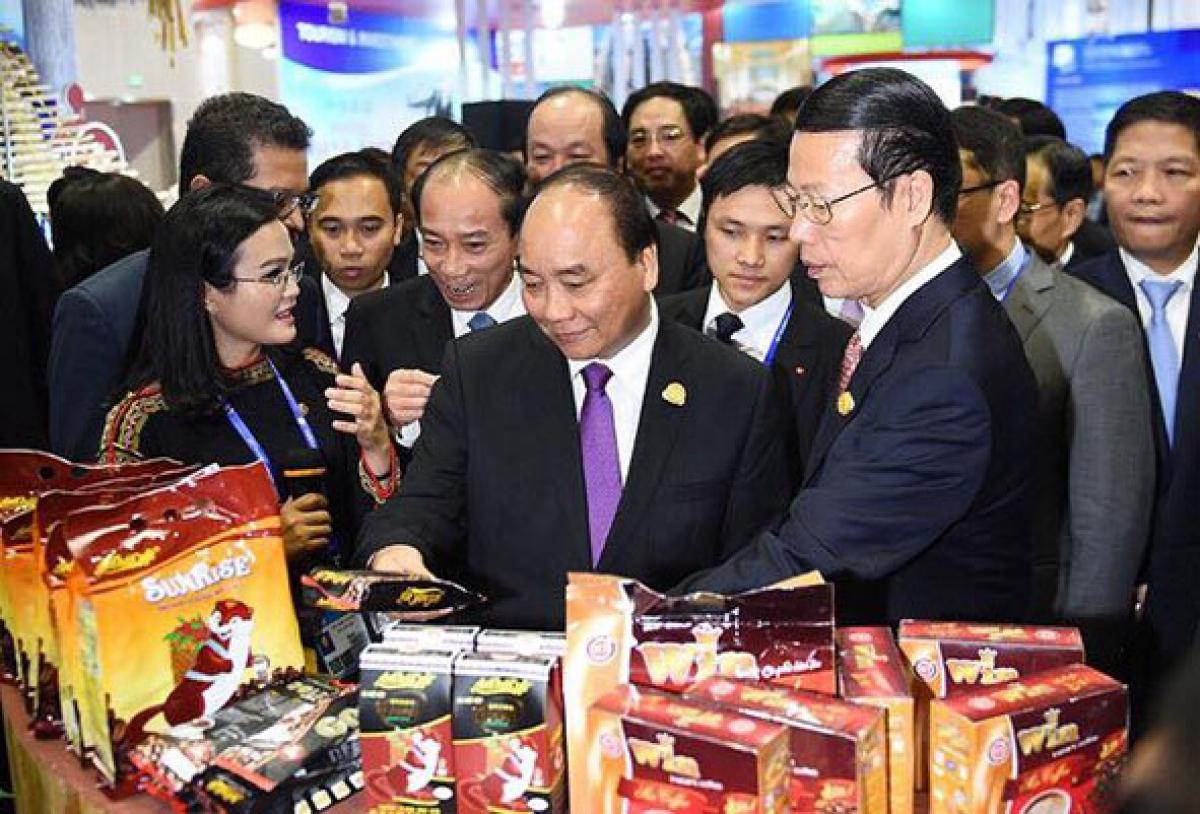 Thủ tướng Chính phủ Nguyễn Xuân Phúc và các đại biểu cấp cao thăm gian hàng cà phê An Thái tại Hội chợ, triển lãm Trung Quốc - ASEAN lần thứ 13.