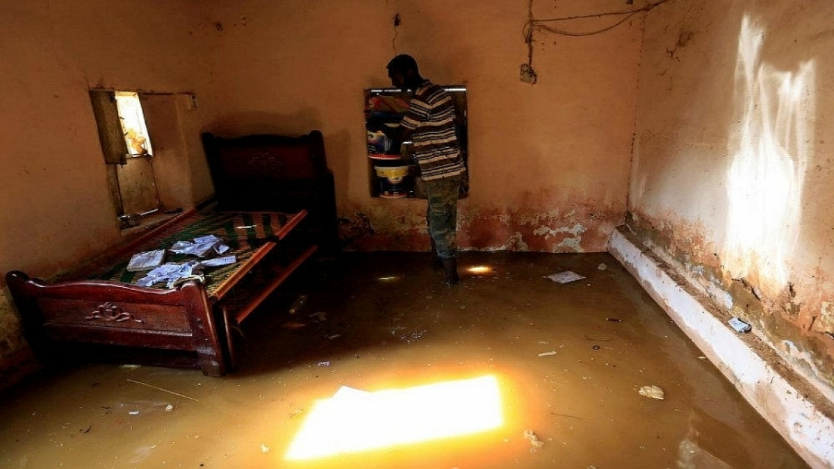 Một người dân tìm cách bảo vệ tài sản gia đình của mình khỏi dòng nước lũ ở Sudan vào ngày 27/8/2020. (Ảnh: Reuters).