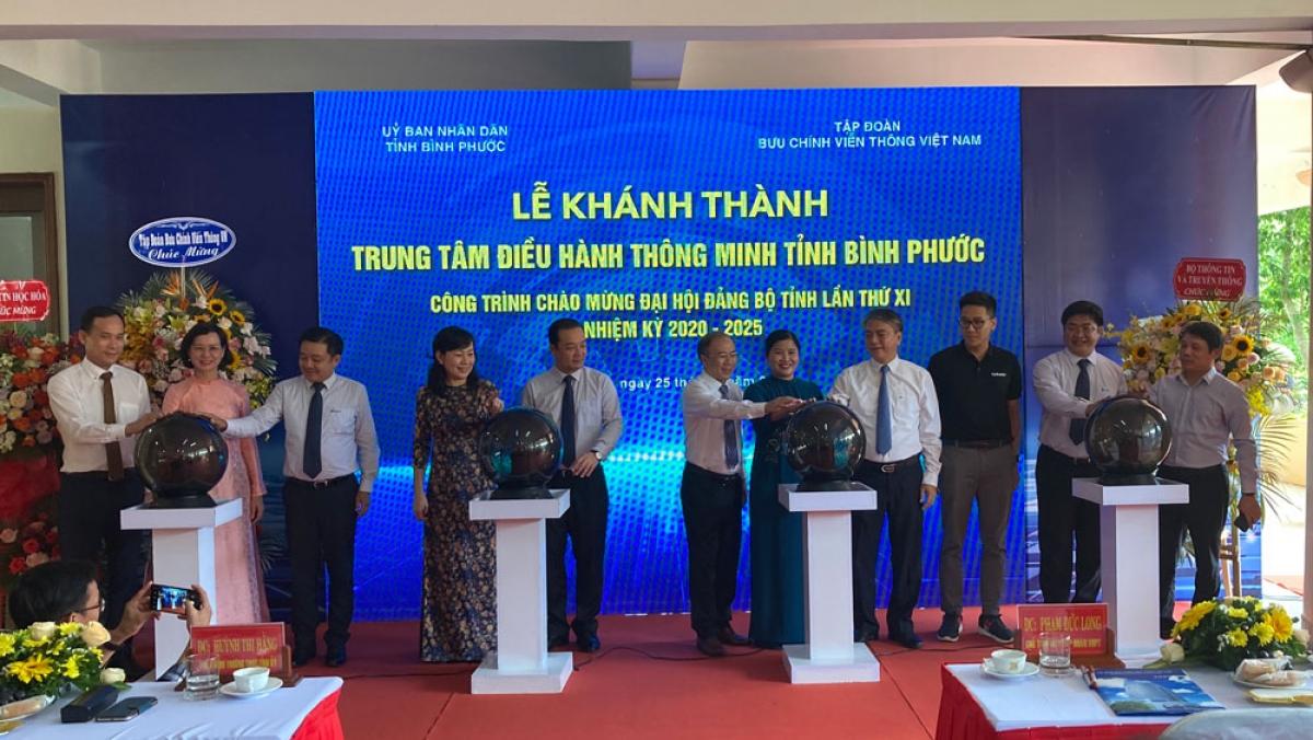 Các đại biểu bấm nút khánh thành Trung tâm điều hành thông minh tỉnh Bình Phước