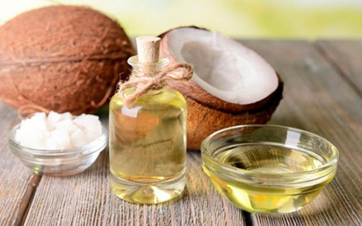 Dầu dừa có chứa vitamin E, chất chống oxy hóa, axit lauric rất có lợi cho tóc của người lớn lẫn trẻ nhỏ giúp bảo vệ bé khỏi sự hư tổn, gãy rụng.