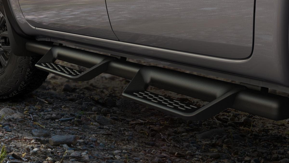 Ford cũng trang bị cho mẫu bán tải hệ thống đường ống thể thao chạy ngang thân xe sơn màu đen mờ, có đèn chiếu sáng trong, và bậc gắn thân xe.