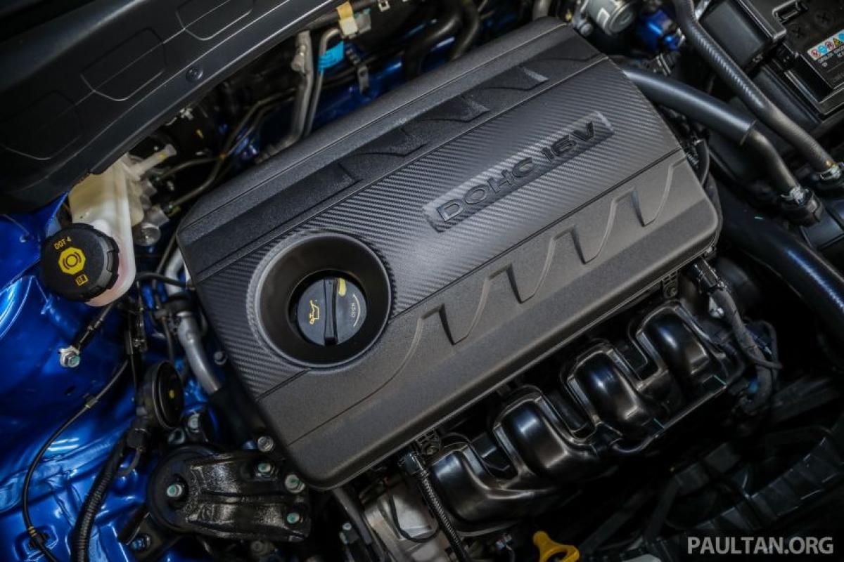 """Về mặt động cơ, chiếc Seltos sở hữu động cơ 4 xi lanh hút khí tự nhiên Gamma MPI 1.6 L. Động cơ sản sinh công suất 98 mã lực tại vòng quay 6.300 vòng/phút và mô men xoắn 151 Nm tại vòng quay 4.850 vòng/phút. Đi cùng hệ thống dẫn động cầu trước thông qua hộp số tự động 6 cấp. Nhân tiện cũng không có tùy chọn dẫn động bốn bánh nhưng khách hàng sẽ có 3 chế độ lái bao gồm Eco, Normal và Sport cũng như 3 chế độ """"lực kéo"""" bổ sung với Snow, Mud và Sand."""