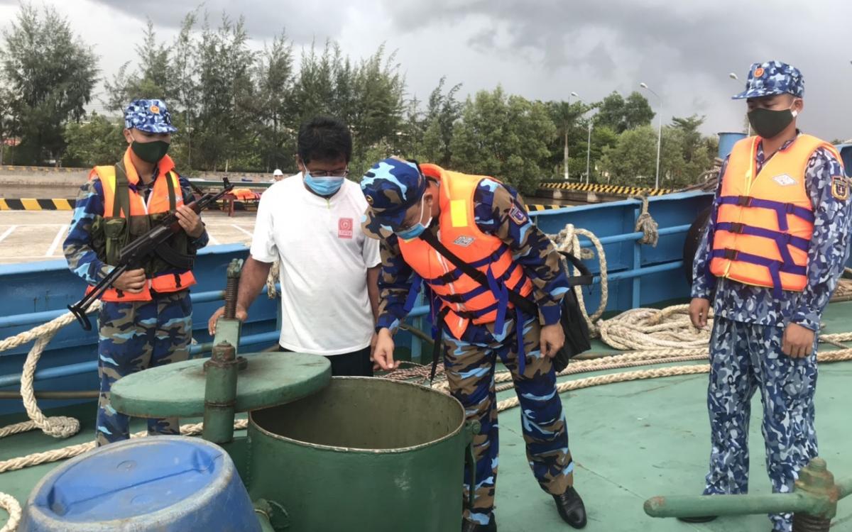 Lực lượng chức năng BTL Vùng Cảnh sát biển 4 kiểm tra hàng hóa trên tàu vi phạm.Ảnh: Vùng Cảnh sát biển 4 cung cấp