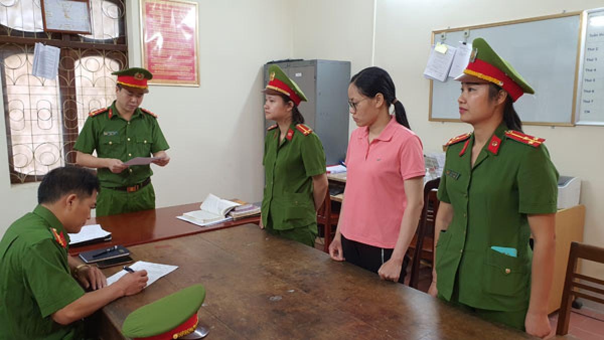 Cơ quan CSĐT tống đạt các Quyết định khởi tố vụ án, khởi tố bị can đối với Nguyễn Thị Hồng Trang.