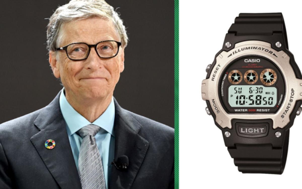 Là một trong những người giàu nhất hành tinh, nhưng ông Bill Gates đeo trên tay những chiếc đồng hồ trông rất bình thường và không bóng bảy. Tỷ phú thừa nhận nhiều khi dùng đồng hồ đeo tay có giá chỉ cỡ 10 USD. Chiếc Casio ông đeo lúc hút ống kính máy quay về phía khán đài giải Quần vợt Mỹ mở rộng được bán trên Amazon với giá 20 USD (450.000 đồng). (Ảnh: CNBC)