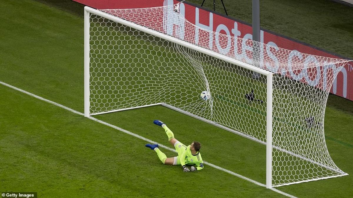 Ocampos đánh lừa thủ môn Neuer, mở tỷ số cho Sevilla.