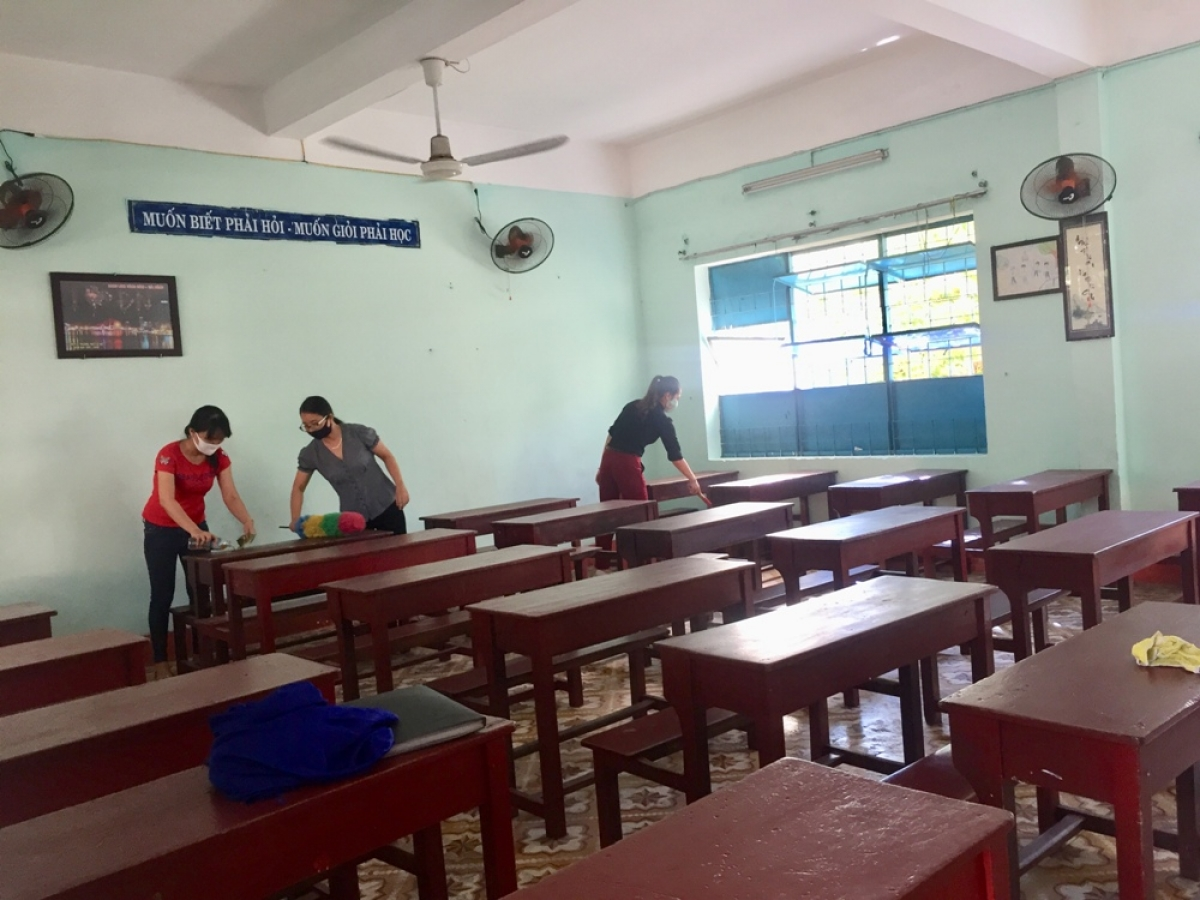 Công việc dọn vệ sinh đảm bảo môi trường sạch sẽ trong trường học ở Đà Nẵng cơ bản hoàn tất.