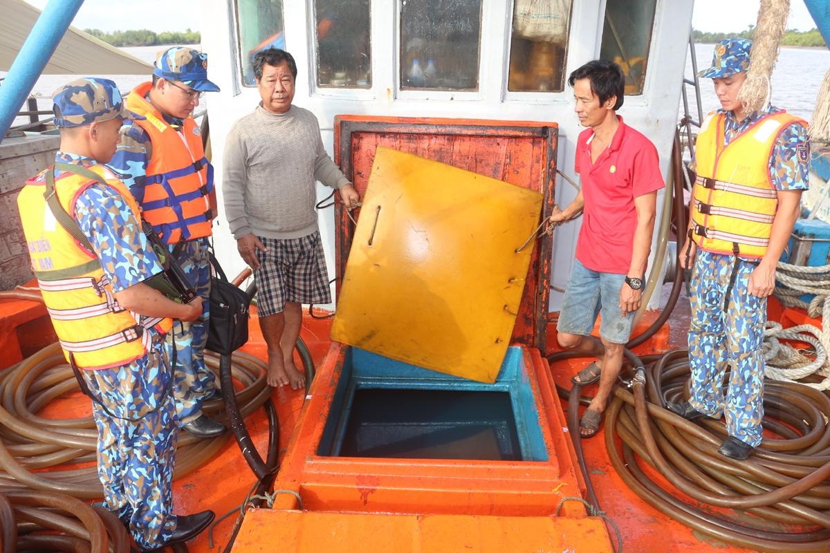 Lực lượng chức năng BTL Vùng Cảnh sát biển 4 kiểm tra hàng hóa (Dầu D.O) không có nguồn gốc hợp pháp trên tàu TG 90214 TS ngày 5/3/2020.Ảnh: Vùng Cảnh sát biển 4 cung cấp