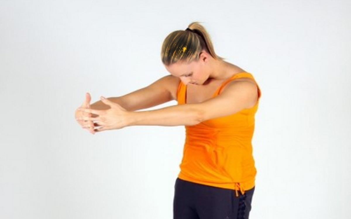 Căng lưng trên: Đứng thẳng với chân rộng bằng vai căng cơ tay về phía trước. Đây là bài tập đơn giản giúp tăng cường sức khỏe hiệu quả.