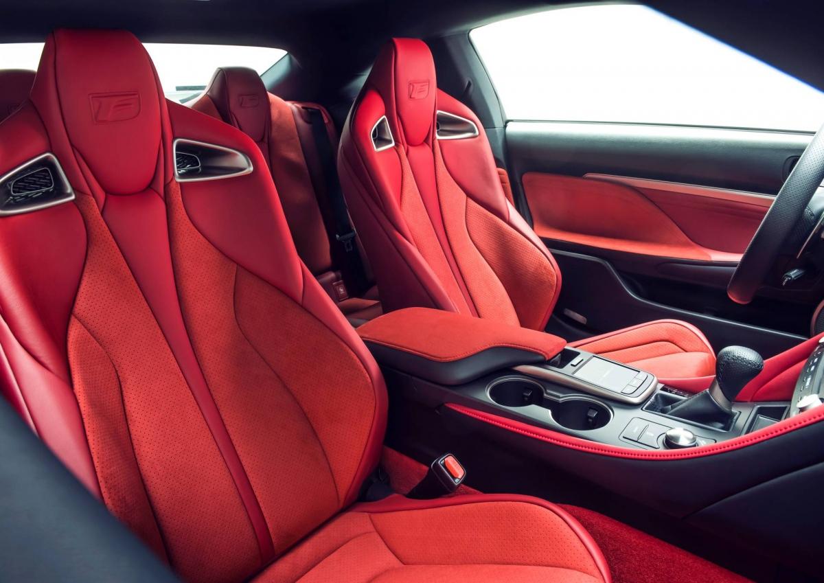 """Trên bản này, Lexus sẽ hợp tác với MSTR để sản xuất một đồng hồ động cơ tự động với thiết kế lấy cảm hứng từ chính chiếc xe. Chiếc đồng hồ này sẽ có viền màu nòng súng, dây đeo với chỉ khâu tương phản màu đỏ, logo """"F"""" đặc trưng và logo """"Fuji Speedway""""."""