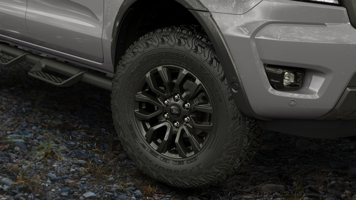 Để cải thiện khả năng off-road của Ranger, Ford đã trang bị cho xe bộ la-zăng 17 inch độc quyền cùng lốp 265/70R17 BF Goodrich All-Terrain K02, giống với Ranger Raptor.