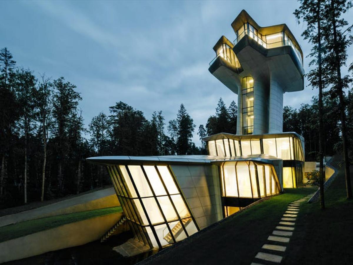 Căn nhà này có tên Spaceship House, được thiết kế bởi kiến trúc sư nổi tiếng Zaha Hadid. Đây cũng là công trình tư gia duy nhất mà nhà thiết kế này tạo nên.
