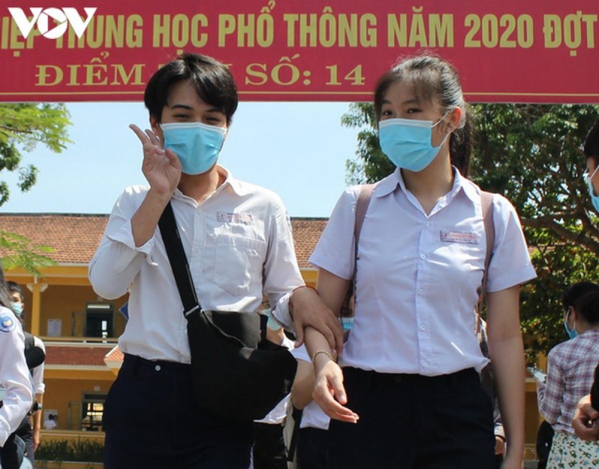 Đoàn công tác của Bộ Giáo dục và Đào tạo kiểm tra và làm việc tại điểm thi trường THPT Phan Châu Trinh, thành phố Đà Nẵng.