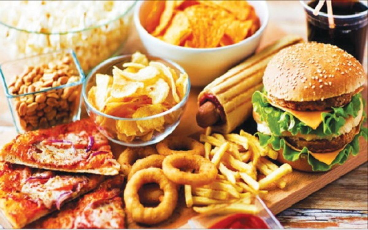 Thói quen ăn uống: Nữ giới hay có thói quen ăn vặt, ăn các loại thức ăn nhanh... điều này cũng khiến việc giảm cân khó khăn hơn.