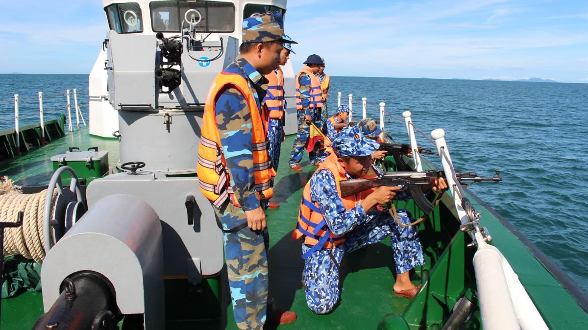 Cán bộ, chiến sỹ thực hành bắn đạn thật trên biển.Ảnh: Vùng Cảnh sát biển 4 cung cấp