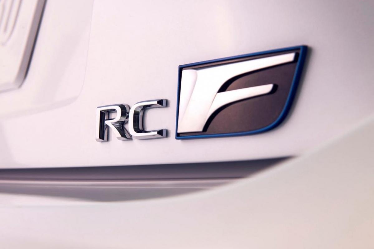 Những nâng cấp mà Lexus muốn nói đến ở đây là bộ phanh gốm – carbon hiệu năng cao do Brembo sản xuất, hệ thống ống xả được làm bằng titan và một số các chi tiết khí động học bên ngoài được làm bằng sợi carbon, bao gồm cả cánh gió cố định cỡ lớn ở đuôi xe.