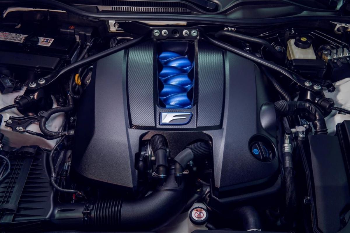Mâm xe bằng hợp kim siêu nhẹ, được bao bọc trong lốp Michelin Pilot Sport 4S nhằm tăng hiệu quả bám đường. Các chi tiết khí động học tiếp tục được mang lên đuôi xe nhằm tối ưu luồng khí sau khi qua xe.
