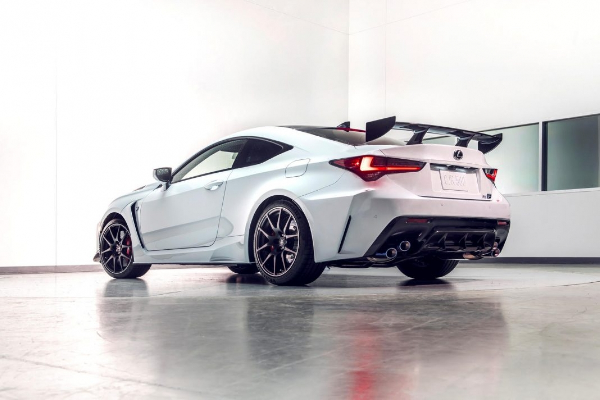Ngoại thất của RC F Fuji Speedway Edition được Lexus cung cấp với hai màu sơn độc quyền là Arctic Blast Satin và Cloudburst Gray.