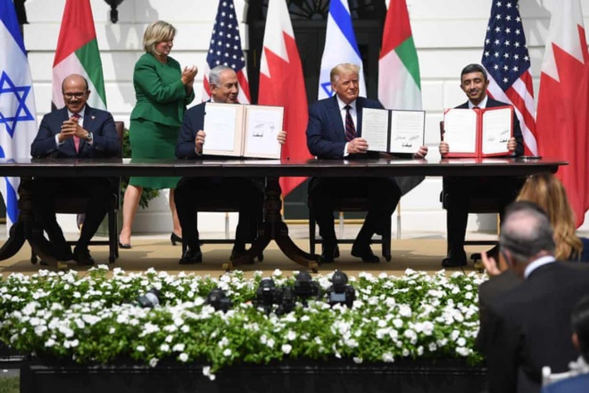 Thủ tướng Israel Benjamin Netanyahu và ngoại trưởng Bahrain cùng ngoại trưởng Các tiểu vương quốc A-rập thống nhất ký thỏa thuận bình thường hóa quan hệ hôm 15/9. Ảnh: Getty.
