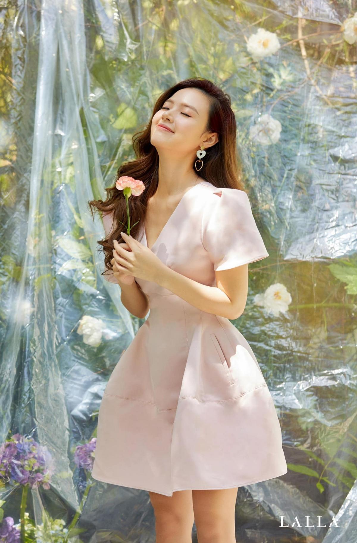 Bên cạnh sự nghiệp diễn xuất, Midu còn đảm nhận vai trò giảng viên chuyên ngành thiết kế thời trang của trường đại học Công nghệ TP.HCM. Không chỉ vậy, cô nàng còn được nhiều người ngưỡng mộ khi làm rất tốt trong lĩnh vực kinh doanh. Nữ diễn viên nắm trong tay khối tài sản đáng mơ ước.