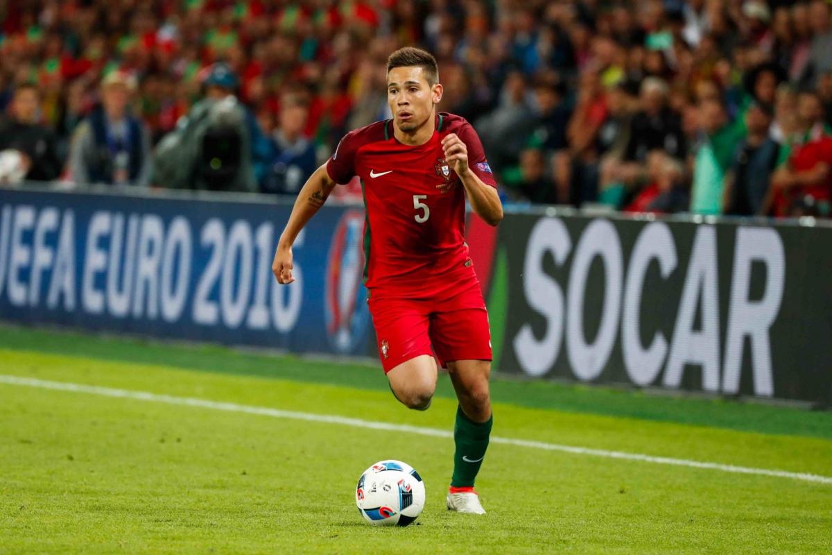 Hậu vệ trái: Raphaël Guerreiro