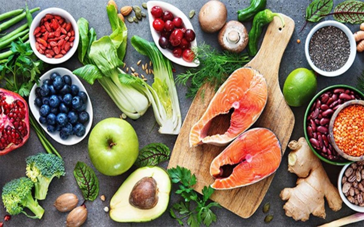 Chế độ dinh dưỡng phù hợp: Bạn cần bổ sung đầy đủ canxi và vitamin D, omega-3... để cải thiện sức khỏe khớp gối hiệu quả.