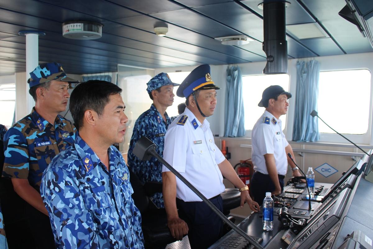 Thủ trưởng BTL Vùng trực tiếp chỉ đạo và kiểm tra công tác chuẩn bị tại trường bắn.Ảnh: Vùng Cảnh sát biển 4 cung cấp