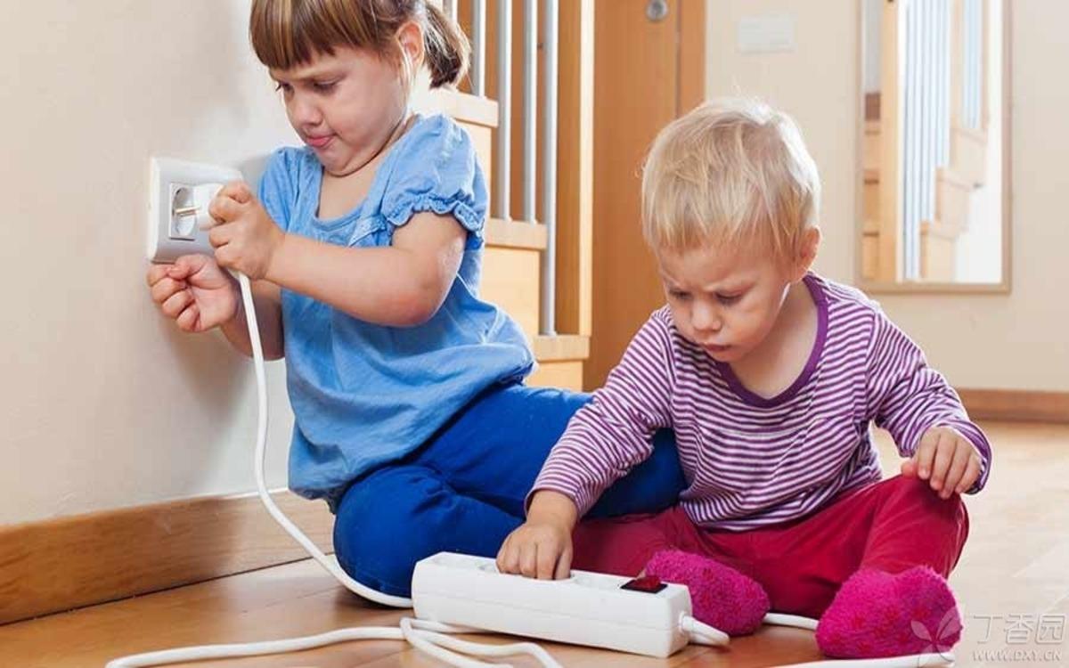 Cẩn thận với những vật dụng trong nhà: Xem xét kỹ các vật dụng trong nhà như ổ điện, dây điện, cánh tủ quần áo… vì chúng đều có thể làm tổn thương bé.