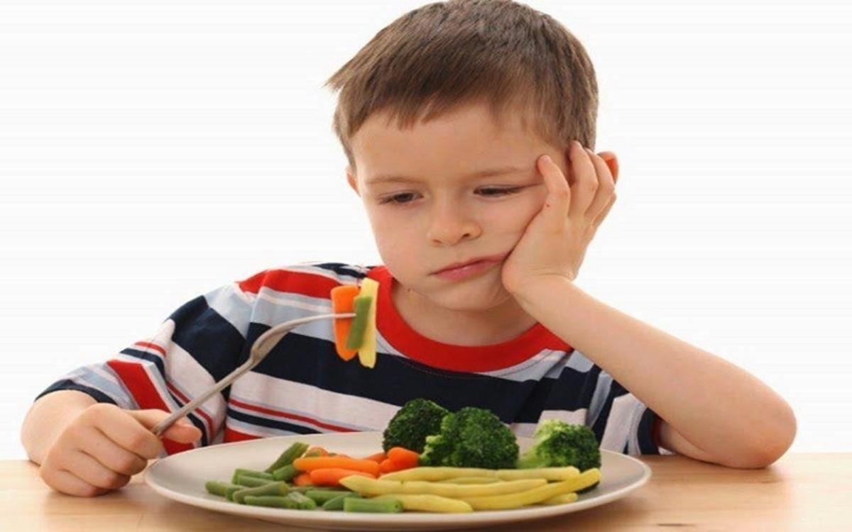 Chế độ ăn: Sự thiếu hụt dinh dưỡng, đặc biệt là vitamin A và riboflavin (vitamin B2) có ảnh hưởng đến quá trình sản xuất và bài tiết nước bọt, gây khô miệng ở trẻ nhỏ.