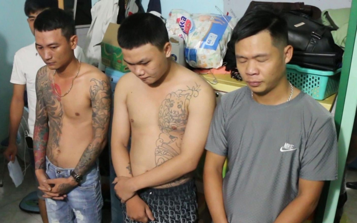 3 đối tượng bị công an bắt để điều tra hành vi cho vay nặng lãi