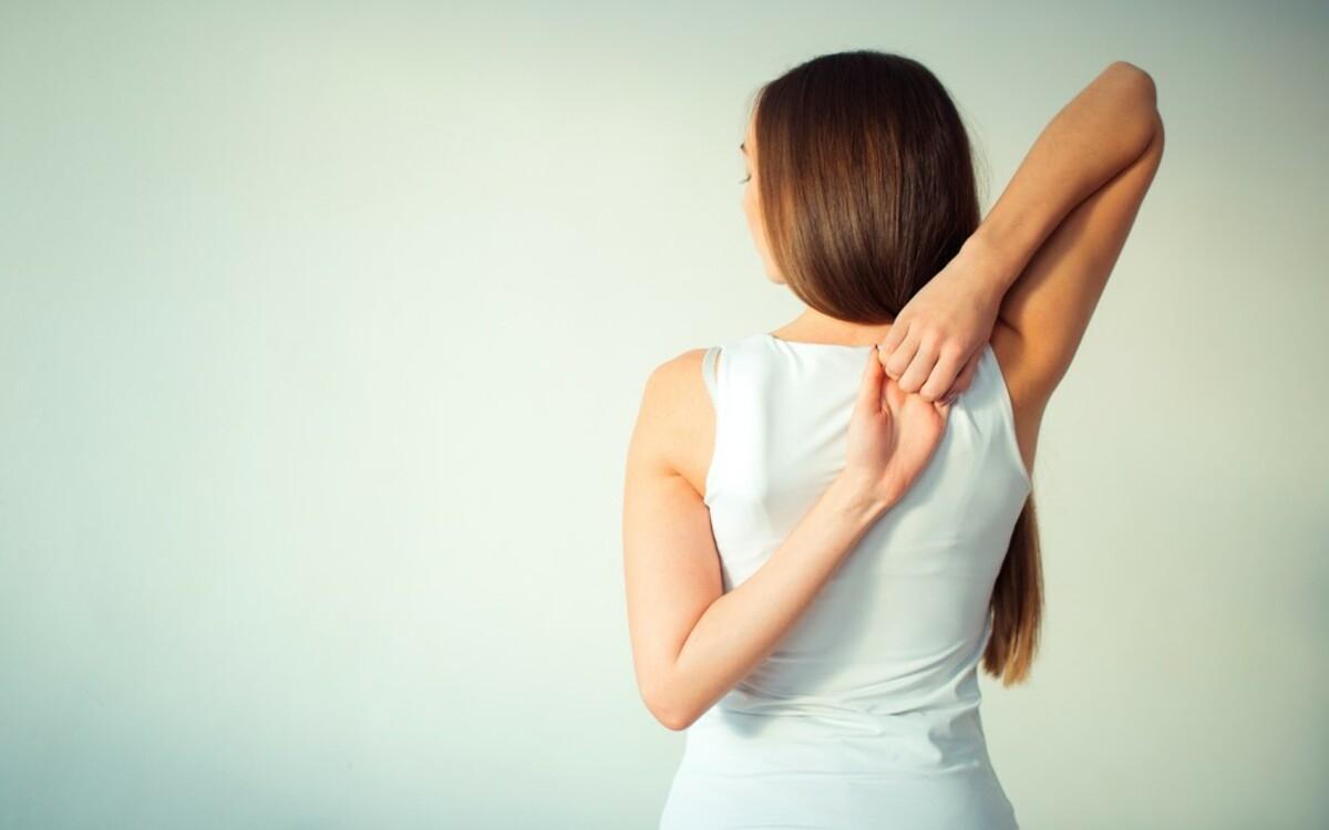 Vươn người lắc sang hai bên: Giơ hai tay lên cao, kiễng chân kéo giãn tối đa người lên cao sẽ kéo giãn các cơ, giúp cải thiện lưu thông máu.