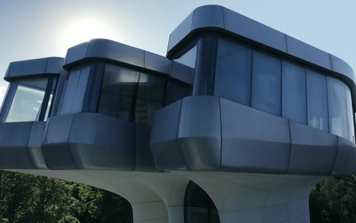 Với diện tích gần 3.400 m2, căn nhà có phòng ngủ chính nằm trên đỉnh một ngọn tháp cao chót vót.