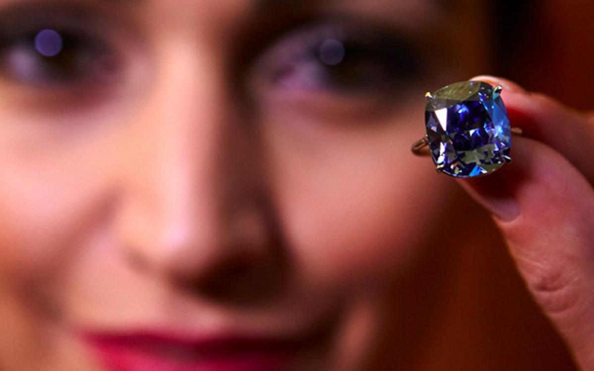 Những viên đá quý luôn có sức hút đặc biệt, nhưng kim cương màu đã trở thành mốt thời thượng trong 10 năm qua khi giá tăng 67%. Theo Forbes, Wittelsbach-Graff là viên kim cương màu đắt nhất trên thế giới, được bán với giá 80 triệu USD năm 2011. (Ảnh: BI)