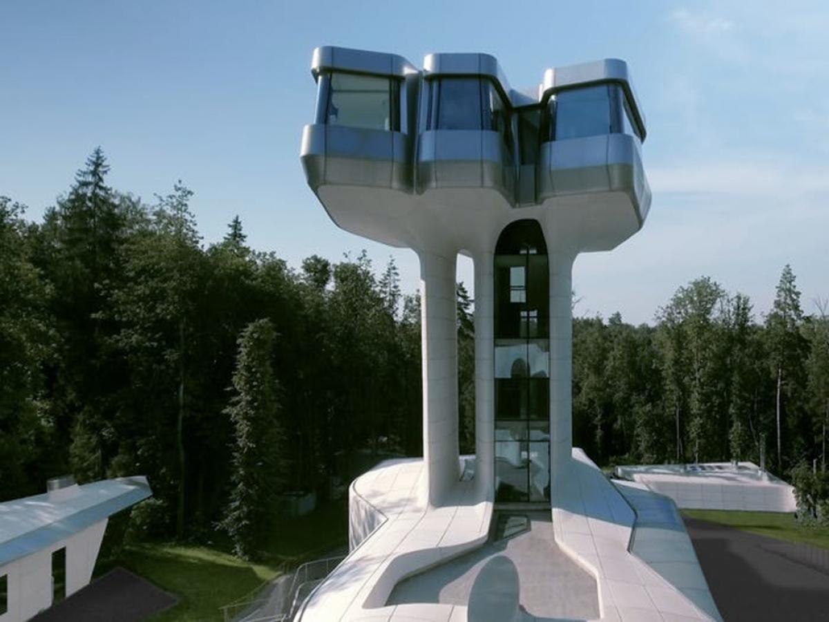 Bên trong cột chống của ngọn tháp là thang máy bằng kính và thang bộ.