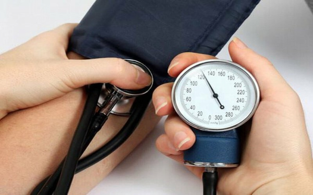 Tụt huyết áp:Do huyết áp giảm đột ngột, người bị sốt xuất huyết sẽ cảm thấy khó khăn khi đứng hoặc đi bộ, đau đầu dữ dội.
