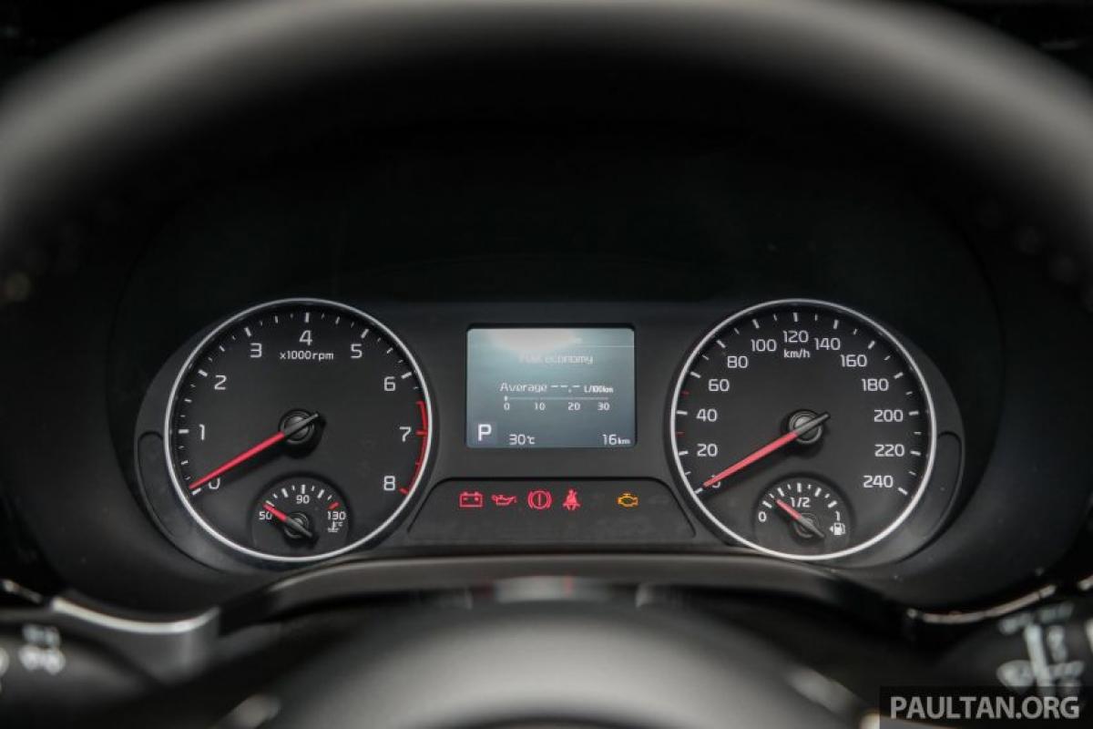 Bên cạnh đó, cả hai chiếc xe đều được trang bị màn hình thông tin cảm ứng 8 inch có khả năng kết nối Apple CarPlay và Android Auto, vô lăng đáy phẳng đa chức năng bọc da (GT Line được khâu chỉ đỏ và logo GT-Line), mở cửa không cần khóa với nút đề khởi động cũng như hệ thống âm thanh 6 loa với Sound Mood.