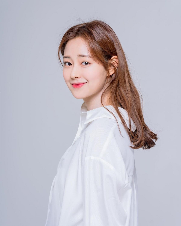 Nhiều người trầm trồ trước vẻ đẹp dịu dàng của Shin Seulgi. Làn da trắng, sống mũi cao thẳng và nụ cười dịu dàng của mỹ nhân xứ Hàn